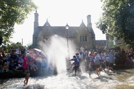 Футбольный матч на воде прошёл в английском городке Bourton-on-the-Water 26 августа 2013 года. Фото: Paul Gilham/Getty Images