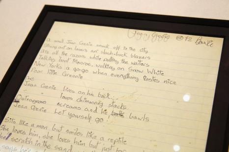 Рукописный текст песни Дэвида Боуи «The Jean Genie» 1972 года. Фото: Oli Scarff/Getty Images