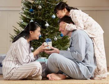 Оформите свой подарок в нарядную упаковку и обыграйте весело само преподнесение, и тогда празднично настроение и приятные воспоминания обеспечены. Фото: Getty Images