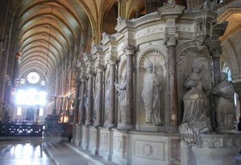 Статуи главных епископов Реймса на северной стороне храма. Более 2300 статуй находятся под охраной ЮНЕСКО. Фото с сайта theepochtimes.com