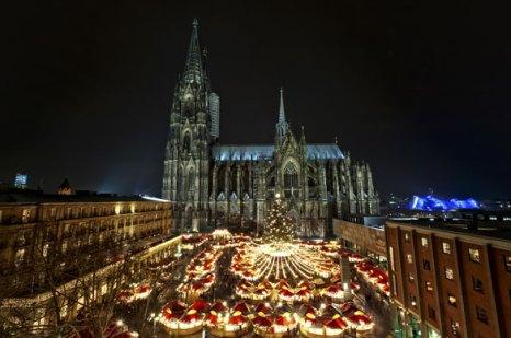 Один из самых удивительных рынков в Кёльне — радующее шоу огней перед Собором. Фото: Thomas Ramsauer — shutterstock.com