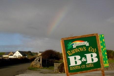 Радуга повисла за гостиницей «Радуга» на юго-западе Ирландии. Фото: Mark Chester