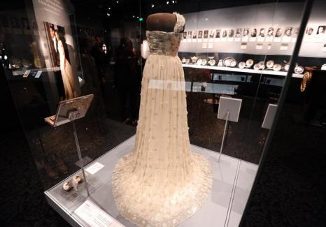 Платье первой леди США Мишель Обама с инаугурации на выставке в Национальном музее Смитсоновского института американской истории, Вашингтон, 18 ноября 2011. Фото: JEWEL SAMAD/AFP/Getty Images