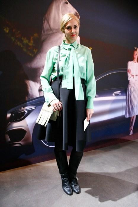 Ники Паулс (Niki Pauls) в блузке от Chloe, с сумкой Acne и сапогах Maison Martin Margiela на Mercedes-Benz Fashion в Берлине, 18 января 2013 года. Фото: Anke Grelik/Getty Images