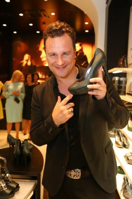 Известный дизайнер Гвидо Мария Кречмер, которого также называют «немецким Валентино», на презентации австрийской обуви Hoegl в Вене. Фото: Moni Fellner/Getty Images