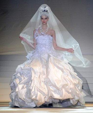Свадебные платья от известного японского  дизайнера  YUMI KATSURA. Фото: AFP