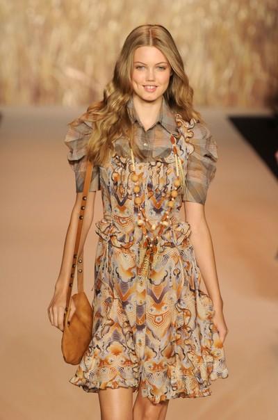 Мода весна-лето 2011: Платья в фольклорном стиле. Фото: Getty Images