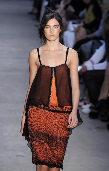 Мода весна-лето 2011: прозрачное платье. Фото: Pascal Le Segretain/Getty Images