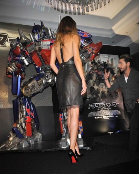 Фоторепортаж. Рози Хантингтон-Уайтли в коктейльном платье Marios Schwab на премьере фильма