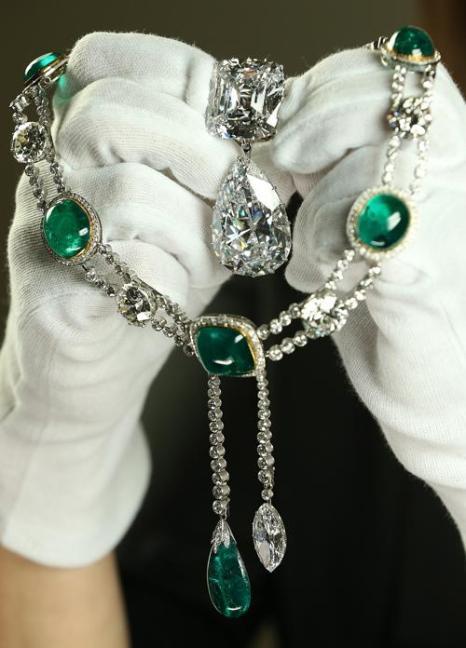 Ювелирные изделия к празднованию юбилея правления королевы Елизаветы II. Бриллиантовые подвеска и ожерелье из куллинан.  Фото: Peter Macdiarmid/Getty Images