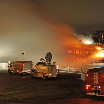 Сотрудники МЧС РФ тушат пожар на трехпалубном теплоходе