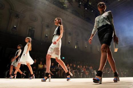 Вчера, 23 августа 2013 года, состоялся третий день Фестиваля моды Mercedes-Benz 2013 в здании Сиднейского муниципалитета. Модели дефилировали по подиуму, облачённые в самые лучшие наряды от австралийских дизайнеров. Фото: Lisa Maree Williams/Getty Images