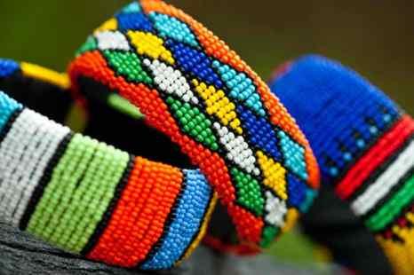 Цветные плетёные браслеты. Фото: Shutterstock