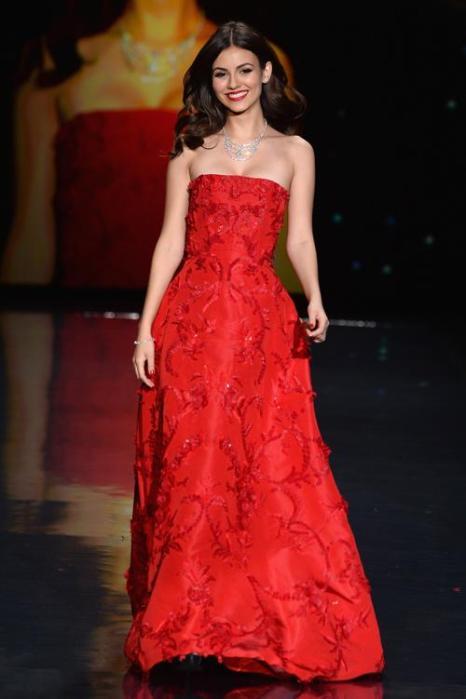 Виктория Джастис выбрала роскошное красное платье Oscar de la Renta для выхода на благотворительном показе Недели моды в Нью-Йорке 6 февраля. Фото: Frazer Harrison / Getty Images