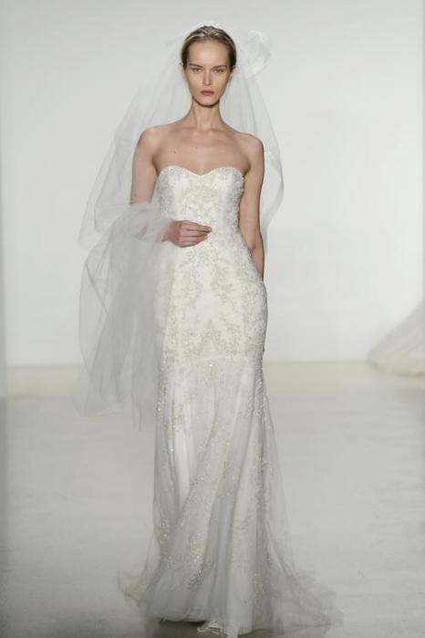 Свадебный бренд США Kenneth Pool, являющийся частью модного дома Amsale, представил 12 октября 2013 года роскошную  коллекцию платьев сезона осень 2014 на Неделе свадебной моды в Нью-Йорке. Fernanda Calfat/Getty Images