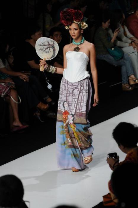 Четвёртый день индонезийской Недели моды прошёл 22 октября 2013 года в Джакарте, представив азиатские наряды 2014 от ведущих дизайнеров. Фото: Robertus Pudyanto / Getty Images