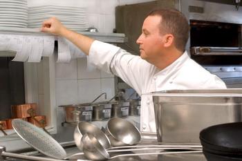 Шеф Йорам Ницан на кухне ресторана