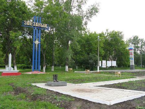 Бронзовый памятник кирзовым сапогам в Звёздном. Фото с сайта wikimedia.org