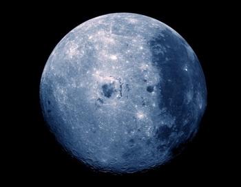 Мы уже привыкли к нашему единственному «естественному» спутнику, который неустанно облетает нашу планету каждые 28 дней. Но когда мы начинаем анализировать физические качества нашего знакомого соседа, многие детали позволяют предположить, что Луна не может быть естественным природным созданием. Фото с сайта theepochtimes.com