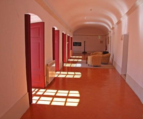 Игра теней и света в коридорах Пусада де-Дом Афонсу II. Фото: Майкл Варга