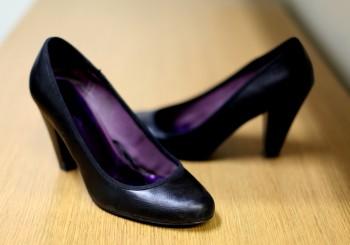 Исследование приходит к выводу, что длительное ношение высоких каблуков приводит к деформации мышц ног. Фото: Amal Chen/Великая Эпоха (The Epoch Times)