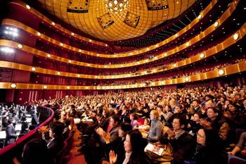 Зрители на выступлении Shen Yun Performing Arts в воскресенье днём в Линкольн-центре. Фото: Dai Bing/Великая Эпоха (The Epoch Times)