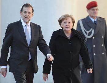 Немецкий канцлер Ангела Меркель (R) приветствует испанского премьер-министра Мариано Рахои по прибытию его в ведомство канцлера 26 января в Берлине, Германия. Суверенные долговые проблемы угрожают  разрушить экономическую стабильность еврозоны. Фото: Sean Gallup/Getty Images