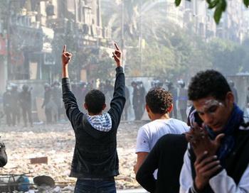 Столкновения демонстрантов и полиции недалеко от каирской площади Тахрир. Фото РИА Новости