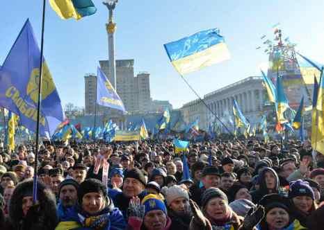 Около ста тысяч человек приняли участие в очередном вече на Майдане. Фото: SERGEI SUPINSKY/AFP/Getty Images