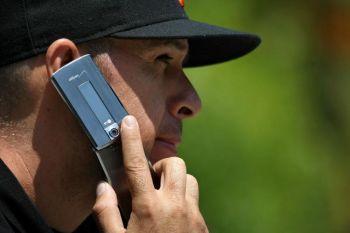 Использование сотового телефона связывают с опухолями головного мозга. Фото: Justin Sullivan /Getty Images