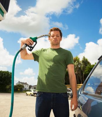 Бензол и другие компоненты топлива при кратковременном отравлении могут вызывать тошноту и рвоту, а в больших концентрациях - смертельную интоксикацию. Фото: Ashley Jouhar/Getty Images