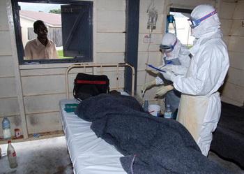 Человек, инфицированный вирусом Эбола, вскоре узнает об этом и, если не происходит счастливых случайностей, зачастую быстро погибает. Фото: AFP/Getty Images