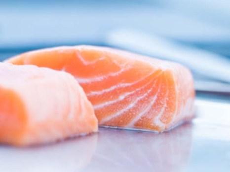 Содержащийся в рыбе витамин D может повысить уровень серотонина и улучшить настроение. Фото: Niklas Bernstone/Getty Images