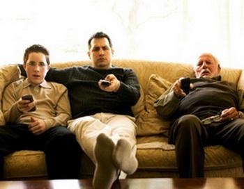 Вероятность того, что дети будут проводить долгие часы перед телевизором, становится реальнее, если у их родителей есть такая привычка. Фото: photos.com