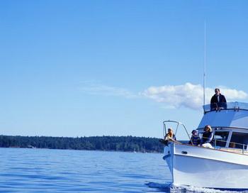 За летними удовольствиями и новыми ощущениями люди едут на машинах, летят на самолётах, плывут на пароходах… Фото: Ryan McVay/Getty Images