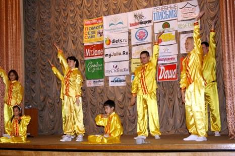 Последователи духовно-оздоровительной практики Фалуньгун  демонстрируют со сцены пять комплексов плавных упражнений, которые можно выполнять в любом возрасте и в любое удобное время. Фото: Ульяна Ким/Великая Эпоха (The Epoch Times)