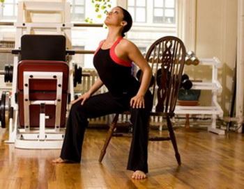 Упражнения на стуле помогут вам достичь более гибкой спины, выпрямленной осанки и улучшить подвижность верхней части тела. Фото: Chan/The Epoch Times