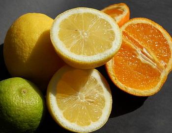 Лимоны и апельсины вредны для женского здоровья. Фото: Robynlou Kavanagh/flickr.com