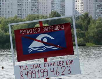 Тест-полоска на наркотики, опущенная в реку Яуза в Москве, показала наличие в воде наркотических веществ. Фото: ANDREY SMIRNOV/AFP/Getty Images