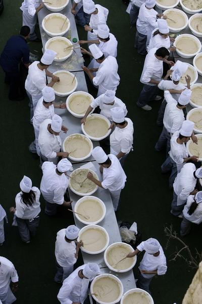 Рекорд Гиннеса по выпечке хумуса в Ливане. Фото: ANWAR AMRO/AFP/Getty Images