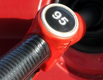 Бензин в России будет дорожать, хотя мог бы стоить 15 рублей за литр! Фото: NATALIA KOLESNIKOVA/AFP/Getty Images