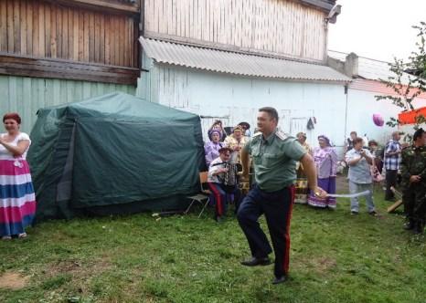 Фланкировка в исполнении атамана на юбилейных мероприятиях г. Енисейска. Фото предоставлено Мариной Жуйковой
