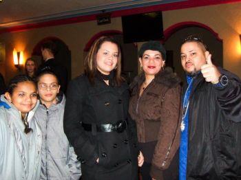 Сантос Максимо (справа), звукорежиссер компании Icyblaze Records, Urban Music и Maximo Rage Productions, с семьей. Фото: Великая Эпоха
