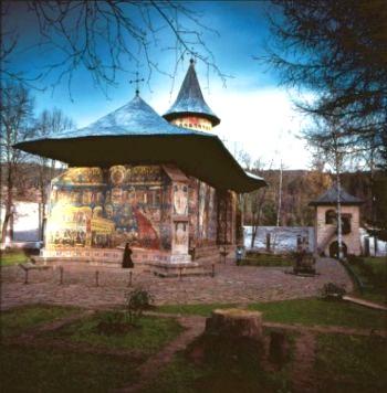 Монастырь Воронет в Буковине (Молдова), известен своими уникальными фресками. Фото: romanianmonasteries.org