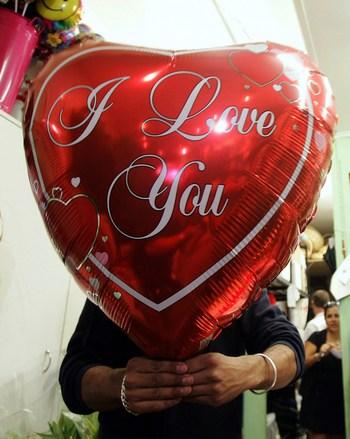 День святого Валентина -  День всех влюбленных. Фото:  Sergio Dionisio/Getty Images