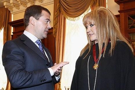 Алла Пугачева была приглашена  в Кремль, где президент России Дмитрий Медведев поздравил певицу с юбилеем и вручил ей орден «За заслуги перед Отечеством III степени». 15 апреля 2009 года. Фото с сайта .kremlin.ru