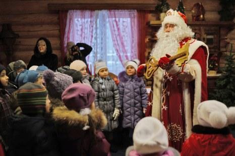 В гостях у Деда Мороза в Кузьминском парке Москвы. Фоторепортаж. Фото: NATALIA KOLESNIKOVA/AFP/Getty Images
