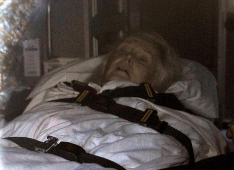 За За Габор  - звезда «Мулен руж», на грани жизни и смерти. За За Габор была выписана из больницы и привезена домой 11 августа. Фоторепортаж. Фото: MARK RALSTON/AFP/Getty Images