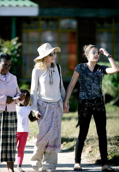 Мадонна и ее дочки Лурдес и Мерси Джеймс посетили Малави  Фото: AMOS GUMULIRA/AFP/Getty Images