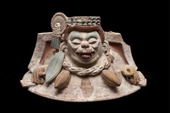 Керамическая крышка от кувшина, изображающая обезьяну-паука, любительницу плодов какао, в ожерелье из стручков какао, которая ревностно охраняет драгоценные зёрна какао, находившиеся в сосуде. Фото: CONACULTA.-INAH.-MEX. Jorge Vertiz 2011